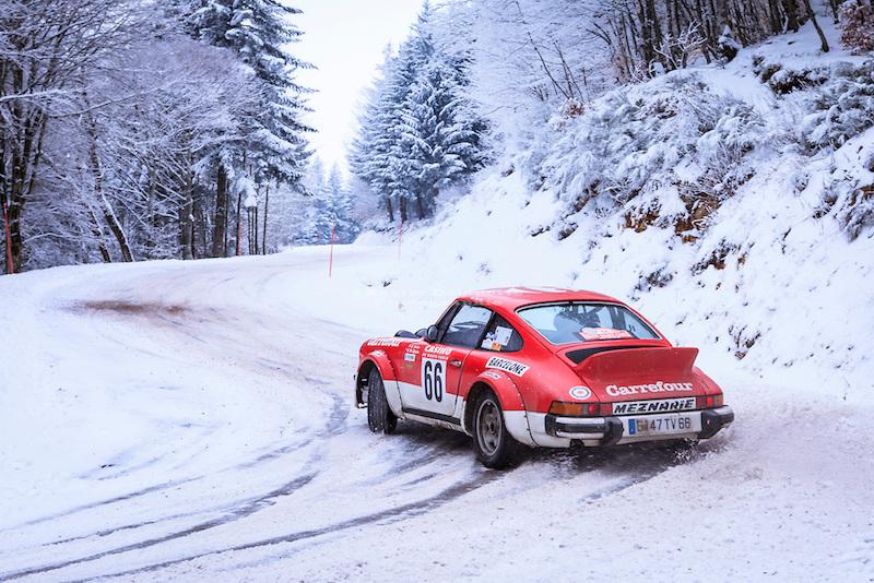 Le Rallye Monte Carlo historique 2012. Ghislain et  Marie Louise Gaubert sur une Porsche 911 SC groupe 4 de 1978. Cascade du Ray Pic, Péreyres, Ardèche, France, février 2012. Photo Xavier Delaporte.